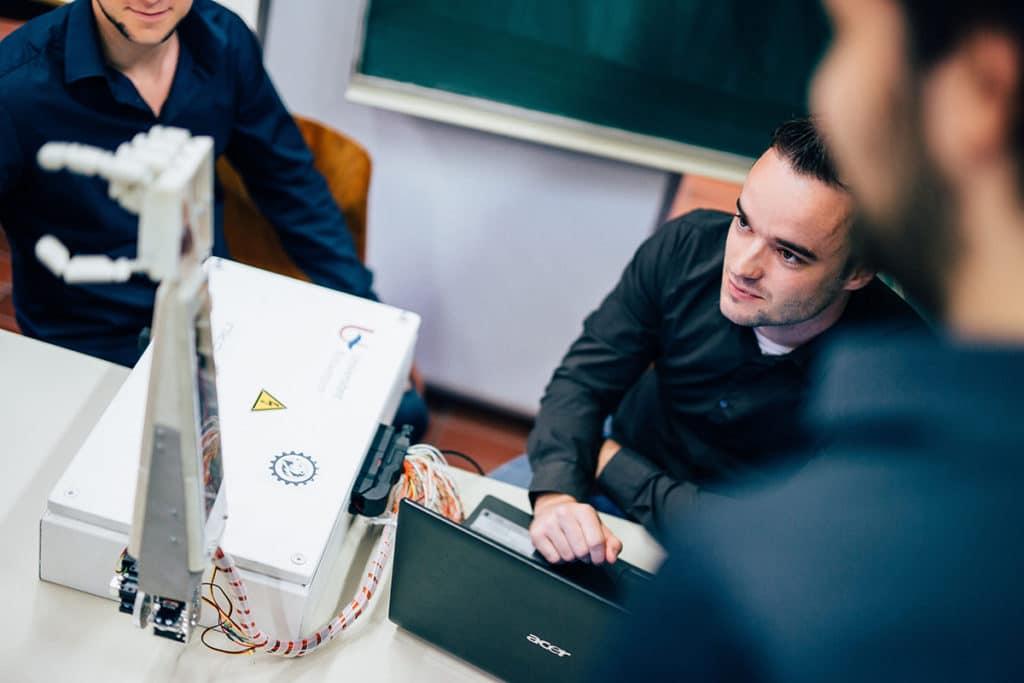 Der Gebärdensprachen-Roboterm, der die flämische Gebärdensprache beherrscht