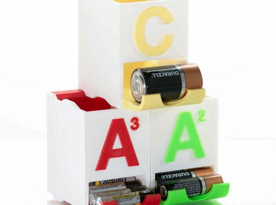 Stapelbare Batteriehalter mit passender Beschriftung (Bildquelle: adoniram/thingiverse)